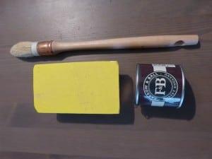 Brosse pouce, papier abrasif et échantillon de peinture Farrow&Ball pour le miroir